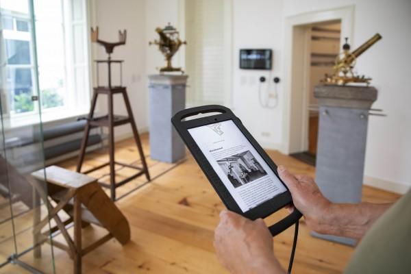 De tablet wordt een gids in het vernieuwde museum