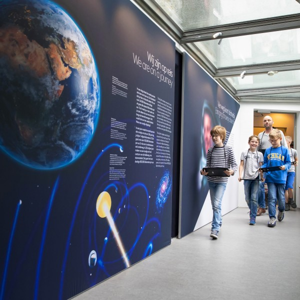 Een groep loopt op de gang van Sonnenborgh het museum in