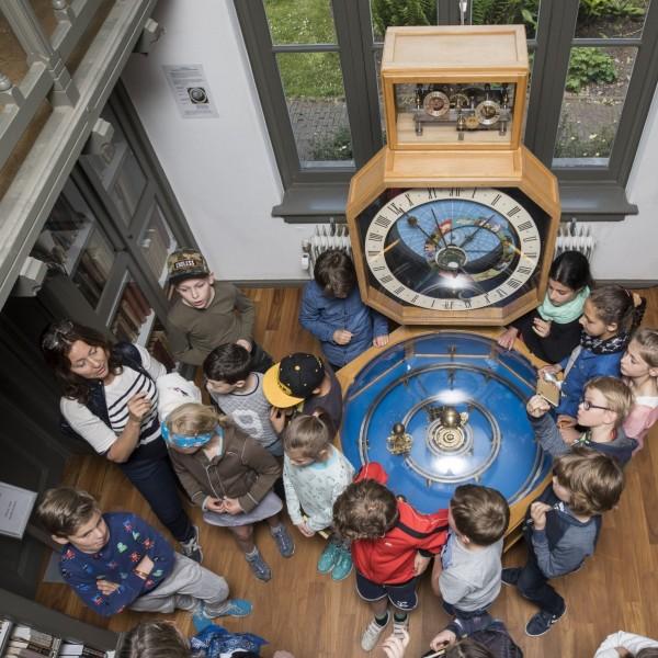 Proefjes over licht en de zon in de collegezaal van Sonnenborgh