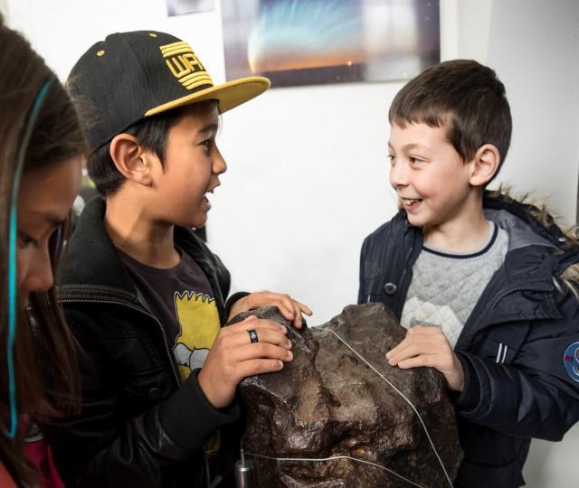 Twee jongens raken de megameteoriet van Sonnenborgh van 4,5 miljoen jaar oud aan