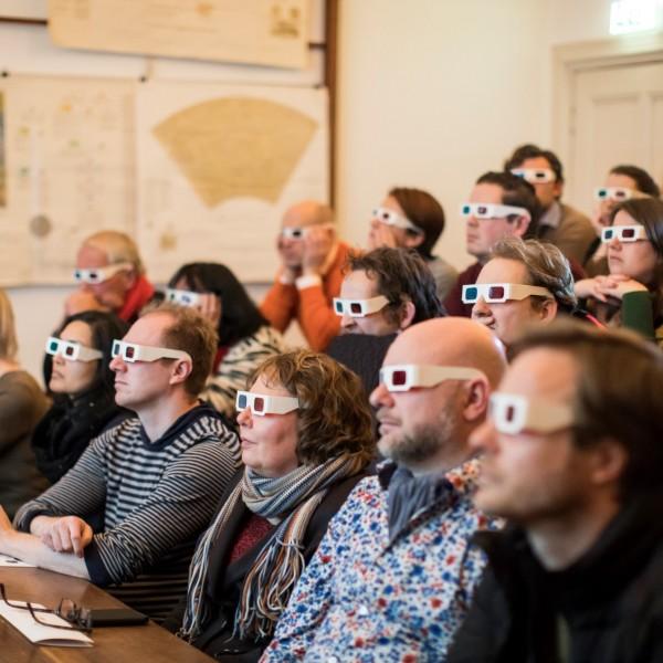 Een demonstratie in de collegezaal met 3D-brillen op