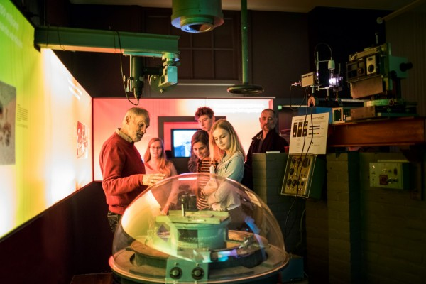 Uitleg bij de zonnespectrograaf tijdens een rondleiding door Sonnenborgh