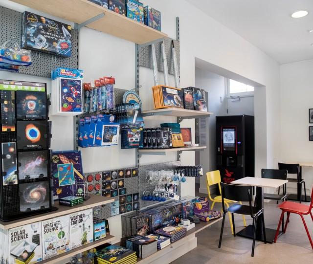De museumwinkel van Sonnenborgh met gadgets en cadeaus over sterrenkunde en weerkunde