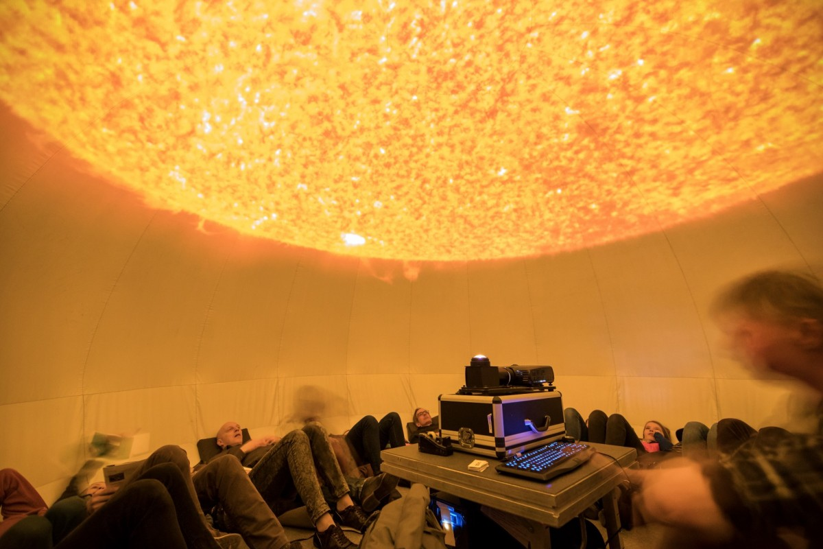 Kijken naar de zon in het planetarium van Sonnenborgh