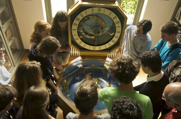 Uitleg met de klas bij het planetarium van Hodzelmans in de bibliotheek van Sonnenborgh
