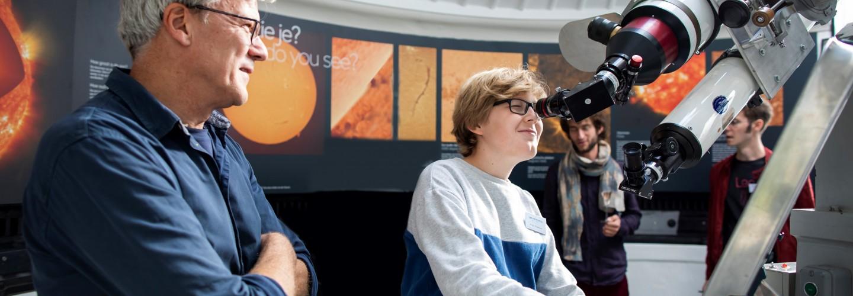 Kijken naar de zon door de zonnetelescoop van Sonnenborgh