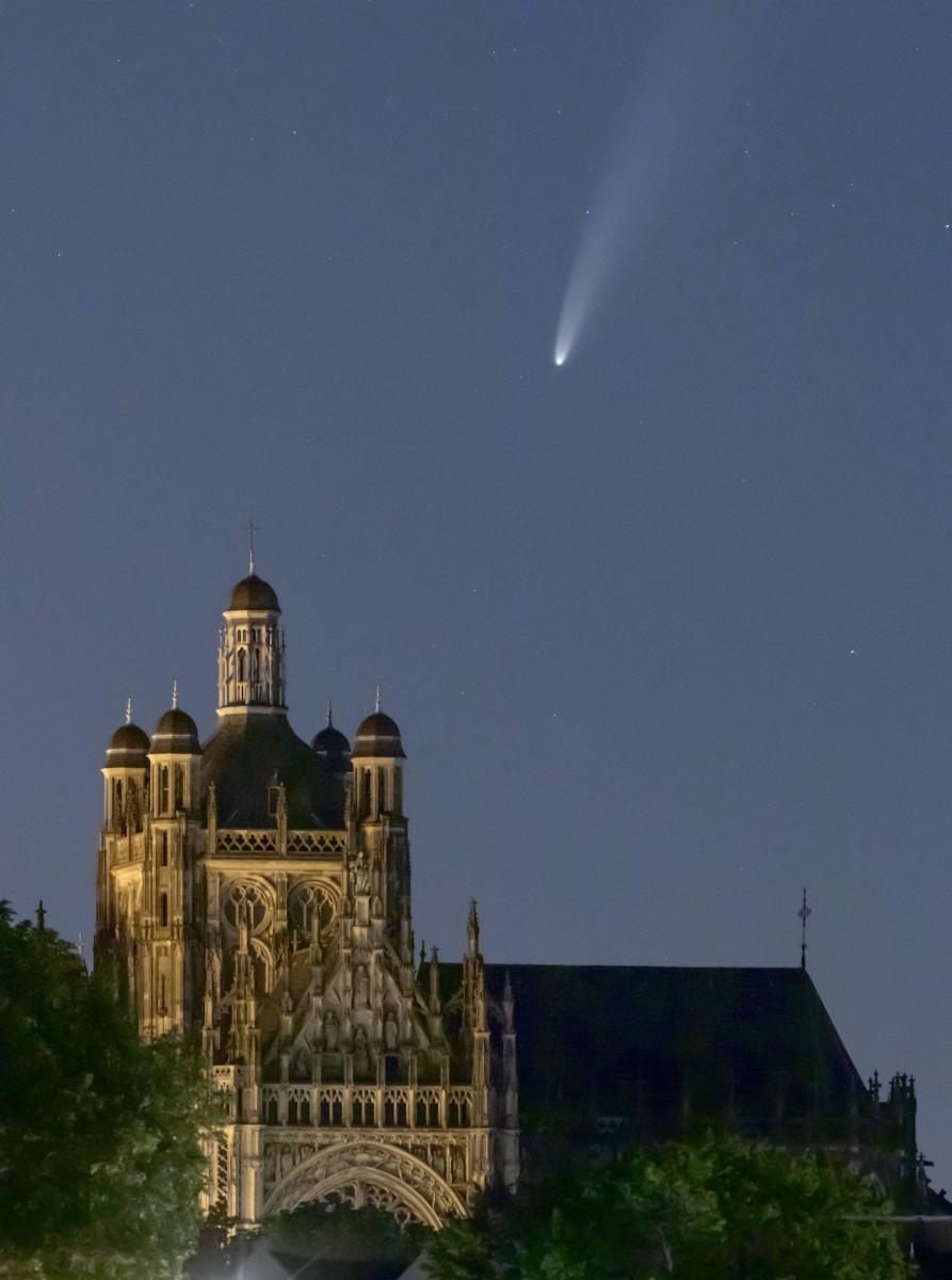 De komeet boven een van de torens van de Sint-Jan