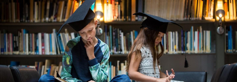 Kinderen van de MuseumJeugdUniversiteit in de bibliotheek van Sonnenborgh