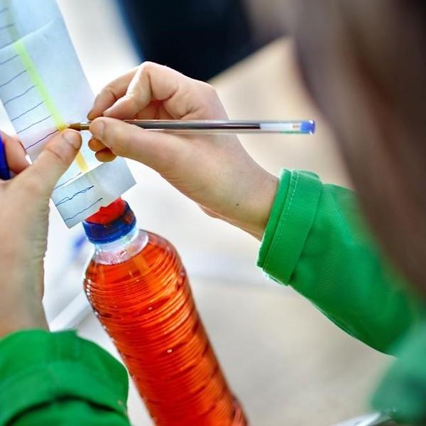 Meisje maakt schaalverdeling bij de eigen thermometer