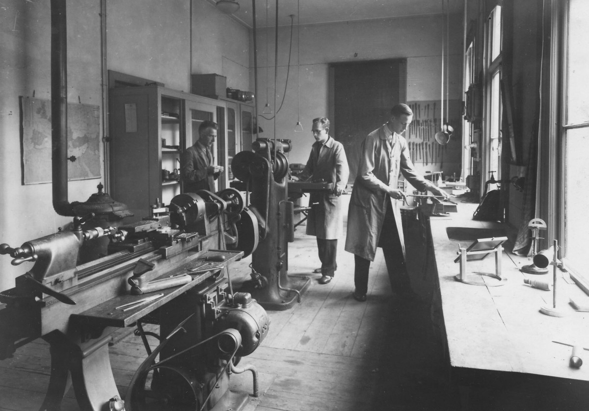 Mannen aan het werk in de werkplaats van sterrenwacht Sonnenborgh in 1944