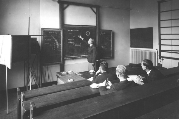 Les over sterrenkunde in de collegezaal van Sonnenborgh in 1944