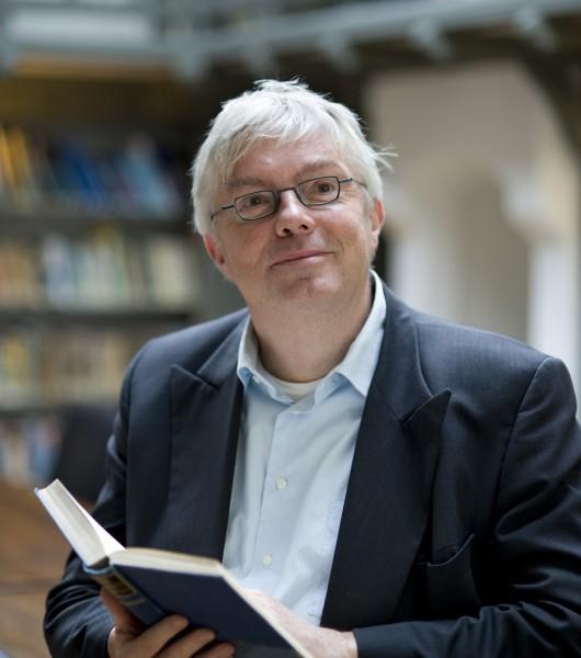 Directeur Bas Nugteren in de bibliotheek van Sonnenborgh