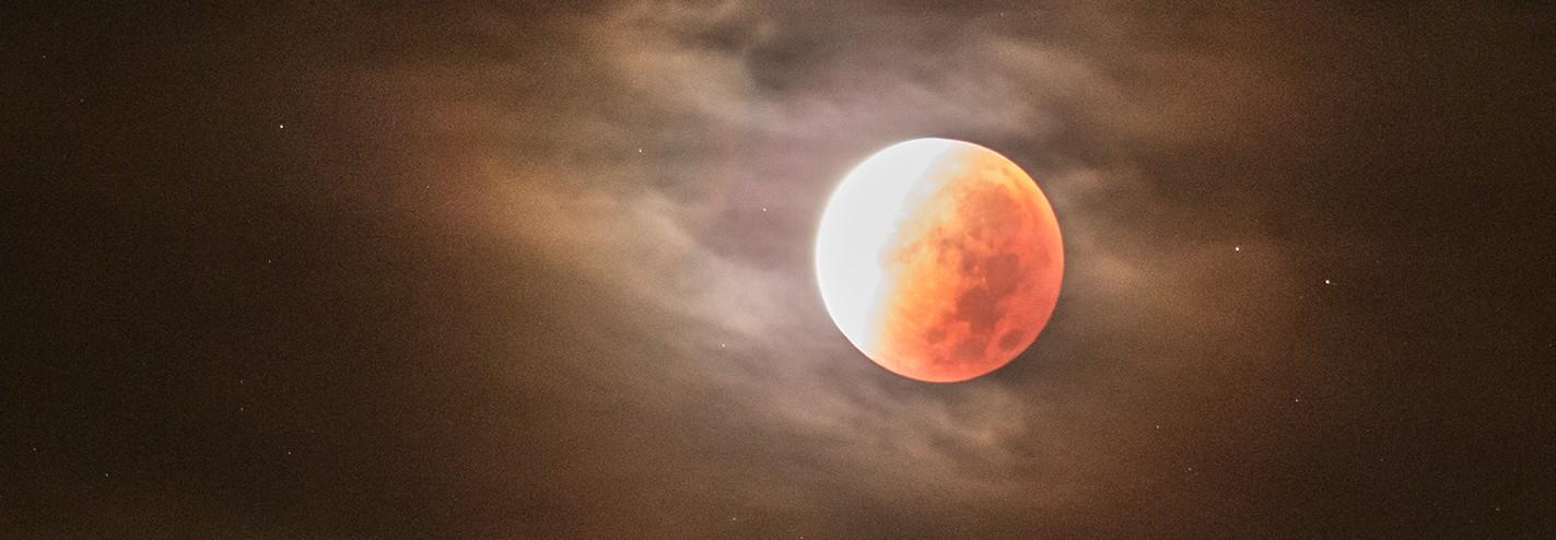 Maansverduistering gezien vanuit een flat in Zeist