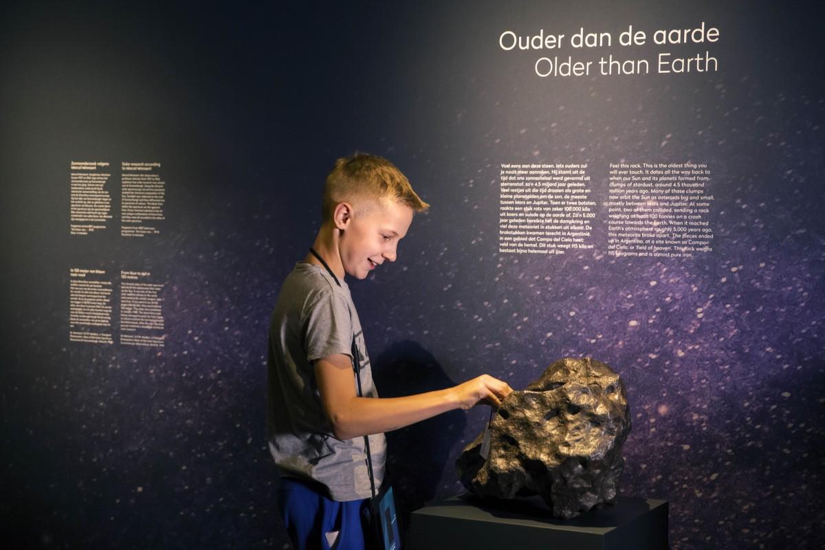 Voelen aan een steen van meer dan 4.5 miljard jaar oud