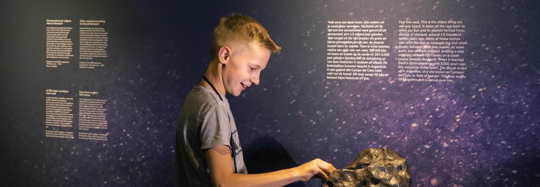 jongen raakt meteoriet aan