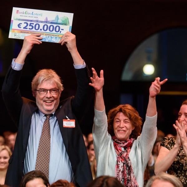 Sonnenborgh ontvangt een cheque van de BankGiroLoterij, februari 2017