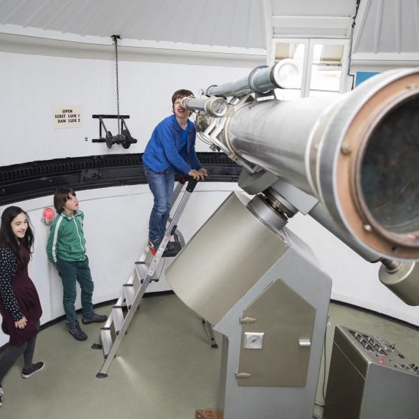 kijken door de telescoop
