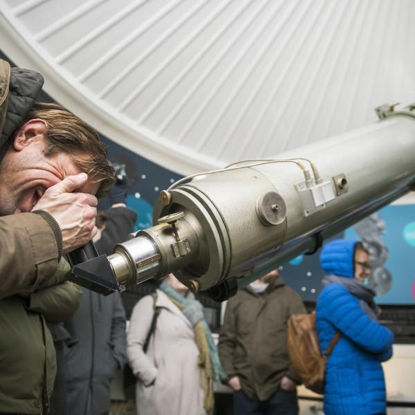 Sterren kijken door de grote telescoop van sterrenwacht Sonnenborgh