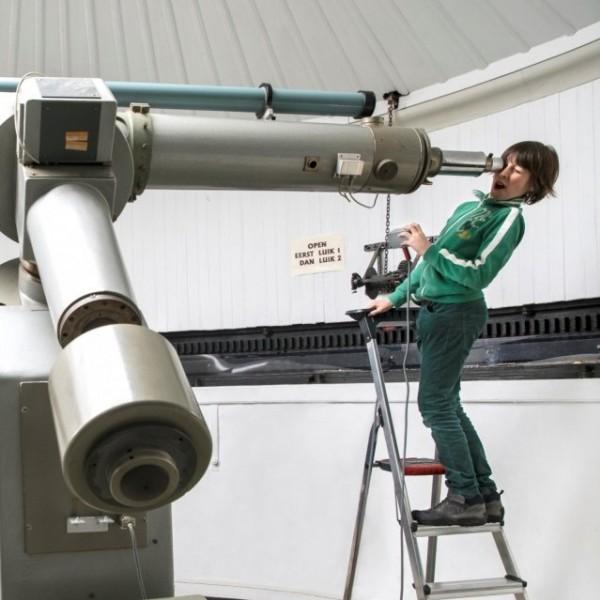 Sterren kijken door de grote telescoop van Sonnenborgh
