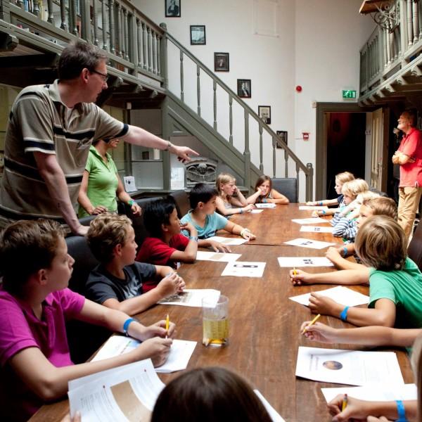 Een vrijwilliger van Sonnenborgh geeft les tijdens de Summer School Junior