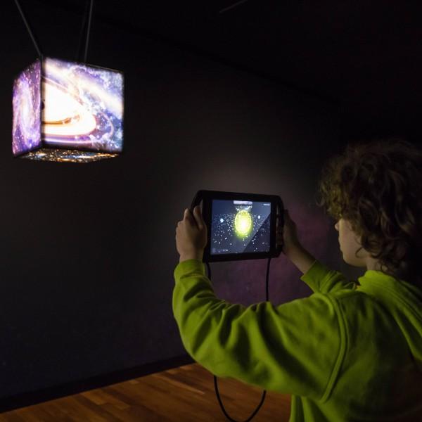 jongen met tablet in museumzaal